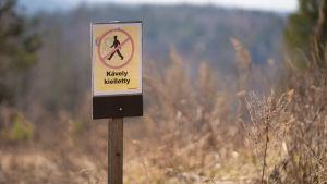 Kävely kielletty -kyltti ulkoilualueella.