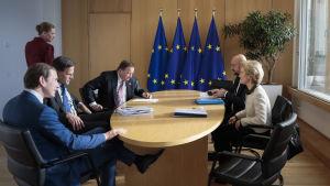 Danmarks, Nederländernas, Sveriges och Österrikes regeringschefer till vänster och EU:s ledare på höger.