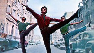 Bernardo (George Chakiris) och hans vänner dansar på gatan.