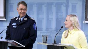 Polisöverdirektör Seppo Kolehmainen och inrikesminister Maria Ohisalo håller presskonferens.