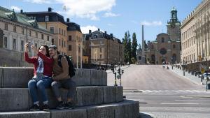 Turister i Stockholm utanför kungliga slottet.