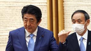 Regeringssekreteraren Yoshihide Suga är en av Abes närmaste medarbetare och en tänkbar övergångsledare.