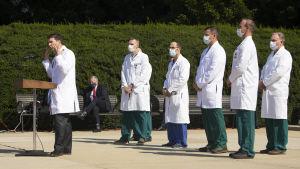 Trumps läkare får kritik för sina vaga och kontroversiella uttalanden.