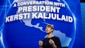 Estlands president Kersti Kaljulaid talar på en konferens i Washington DC.