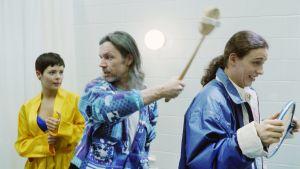 Regissör Micke Rundman instruerar och hjälper Eva Hankalin och Jesse Kamras, 1996