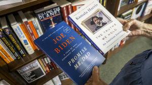 "Joe Bidens bok ""Promise me, dad"" och Kamala Harris bok ""The thrutsj we hold""."