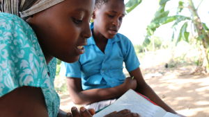 Waata-tyttö Mary lukee läksyjä.