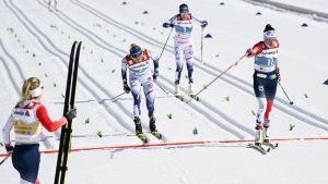 Heidi Weng åker i mål före Frida Karlsson och Ebba Andersson.