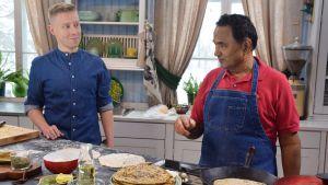 Två män i ett kök