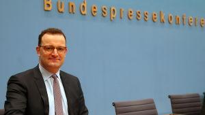 Tysklands hälsovårdsminister Jens Spahn håller presskonferens