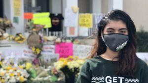 21-åriga Nur Jahan står utanför spaanläggningen där en masskjutning ägt rum.