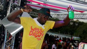 Usain Bolt dansar under en fest i Trinidad och Tobago.