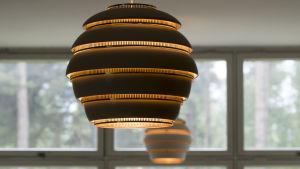 Alvar Aaltos Mehiläispesä-lampa hänger från taket.