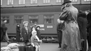 Evakkoja Helsingin asemalla pari minuuttia ennen pommitusta 30.11.1939.