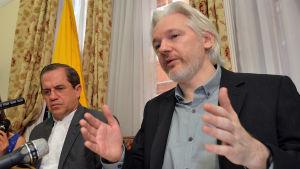 Julian Assange håller presskonferens på Ecuadors ambassad i London den 18 augusti 2014.