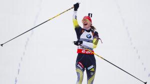 Anastasija Kuzmina i skidskyttespåret.