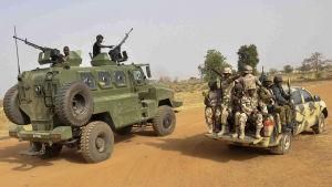 Nigerias armé partullerar i Chibok.