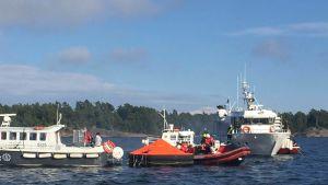 Sjöräddningsövning pågår i Hitis skärgård med många deltagare.