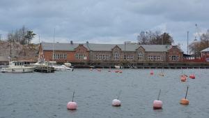 Ett hus i sten vid Östra hamnen i Hangö som kallas granitborgen.