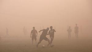 Fotboll i smog i New Delhi.