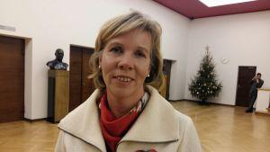 SFP:s ordförande Anna-Maja Henriksson, iklädd vit kappa.