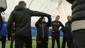 Tillslagstränaren Eija Feodoroff instruerar fotbollstränare.