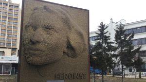 Hjältinnemonumentet i Kosovos huvudstad Pristina. Porträtt av okänd kvinna.