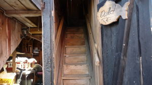 en gammal, mycket smal trätrappa