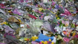 Blommor utanför Westminster-palatset efter attacken.