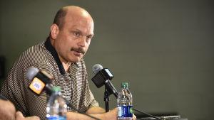 Peter Chiarelli på en presskonferens