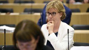 SFP:s ordförande Anna-Maja Henriksson på riksdagens frågetimme den 1 juni 2017.