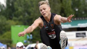 Kristian Bäck hoppar.