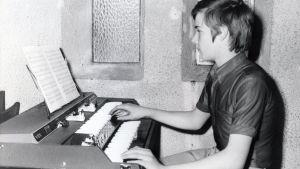 Den unge Richard Clayderman spelar orgel