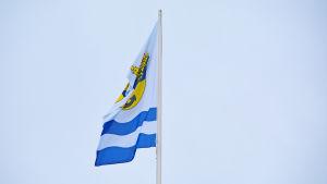Flagga med Lovisa stads vapen vajar i vinden