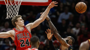 Lauri Markkanen blockerar ett skott av LeBron James.
