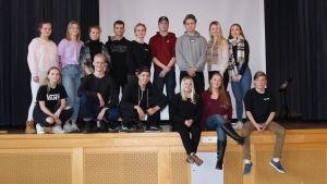 Femton ungdomar på en gruppbild, de i bakre raden står, de i främre raden sitter.
