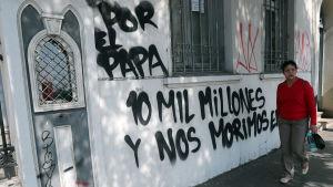 Kyrkan Cristo Pobre i Santiago vandaliserades den 12.1. i protest mot påvebesöket och kostnaderna för det.