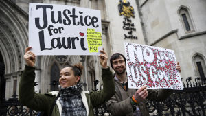 Anhängare till Lauri Love utanför den domstol som stödde hans ansökan om att han inte ska utlämnas.