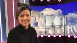Näyttelijä Aino Seppo Puoli seitsemän -ohjelmassa