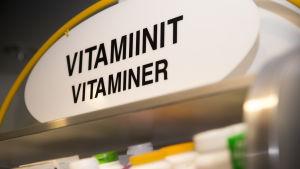 Vitamiineja aptekin hyllyllä.