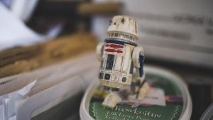 En nymålad miniatyrmodell från Star Wars på en godislåda.