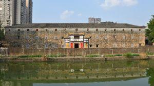 En stor byggnad vid vatten.