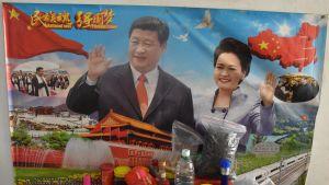 Personkulten kring Xi Jinping växer i Kina. Affisch på honom och hans fru i privat lokal.