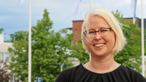 Marina Furuhjelm poserar framför flaggstänger.