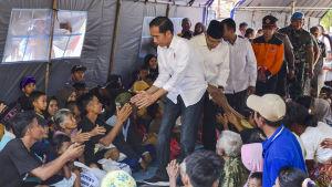 President Joko Widodo besökte på måndagen överlevande som förlorade sina hem i skalven