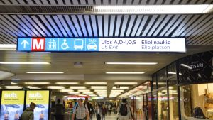 Helsingin rautatieaseman metrokylteissä lukee uloskäyntien nimet yksittäisillä kirjaimilla, ei katujen nimillä