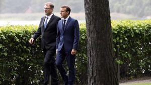 Juha Sipilä och Emmanuel Macron går omkring på Villa Bjälbos gård.