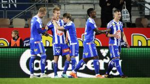 HJK:s spelare jublar efter mål.