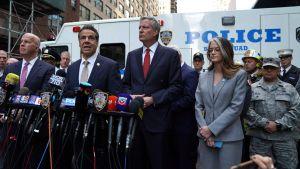 New Yorks högste polischef James O'Neill, staten New Yorks guvernör Andrew Cuomo och New Yorks borgmästare Bill de Blasio utanför Time Warners komplex efter att en brevbomb upptäcktes i byggnaden.