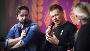 Ted Forsström och Kaj Korkea-aho diskuterar på bokmässan